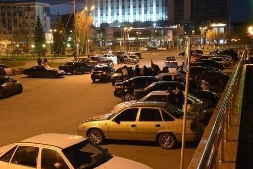 Парковка у бывшего ДК «Геолог» очень популярна у тюменской автомолодежи