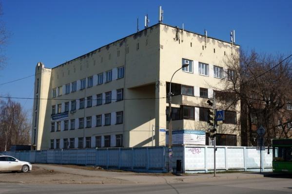 Больница находится на пересечении улиц Зои Космодемьянской и Василия Каменского
