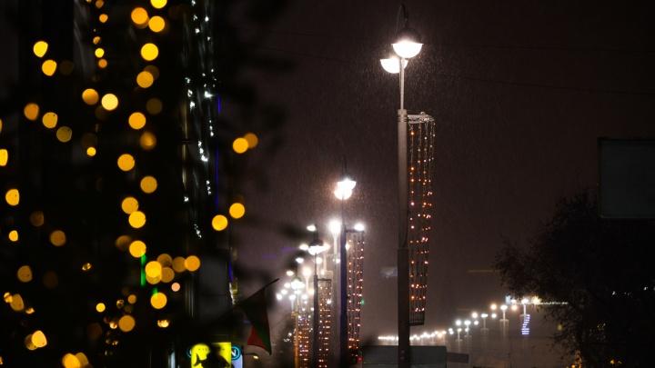 Чувствуется приближение праздника: фоторепортаж с ночных улиц Екатеринбурга