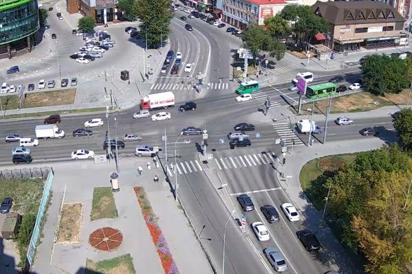 Девушка переходила дорогу на зеленый сигнал светофора и вовремя не заметила патрульный автомобиль со звуковыми сигналами и включенным маячком