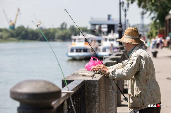 Оказывается, на набережной до сих пор можно добыть богатый улов