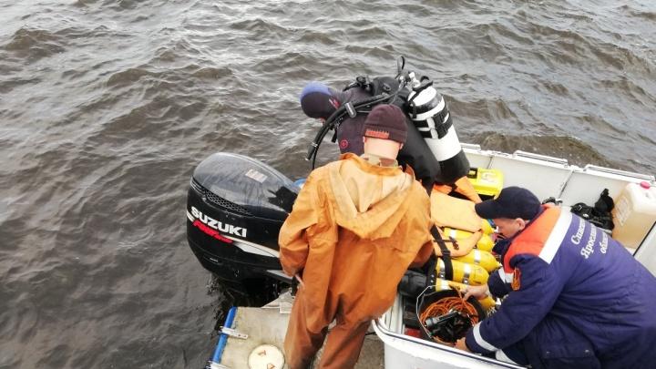 Спасатели показали, как ищут пропавших с баржи людей в море. Видео