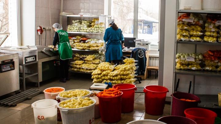 «Это не ресторан»: смотрим, как готовят еду для школьников Новосибирска
