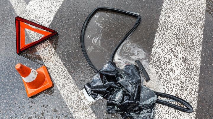 Трое госпитализированы: в Волгограде водитель маршрутки снял номера после жуткого тарана фуры