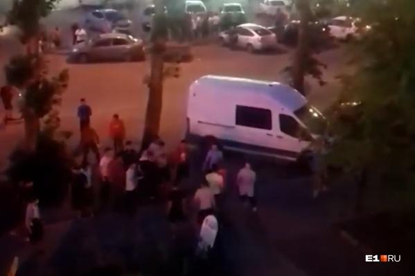 Началась потасовка недалеко от магазина «Монетка» на Пехотинцев, 7