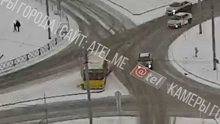Не вписался в поворот и выехал с дороги: в Рыбинске занесло автобус. Видео