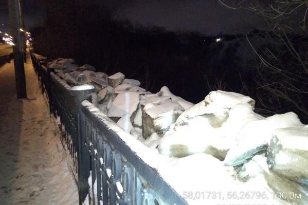 Сколотый лёд с тротуара свалили за ограду