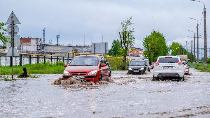 В Перми дорога на улице Соликамской ушла под воду. Фоторепортаж с затопленной улицы