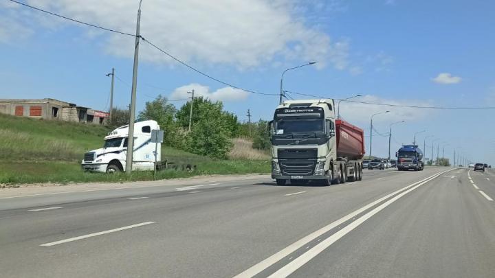 «Под колесо подставил кирпич»: в Волгограде водителя переехал скатившийся грузовик