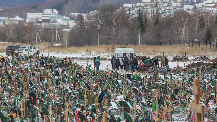 «Края не видно»: UFA1.RU выяснил, что творится на кладбище в Тимашево в период пандемии