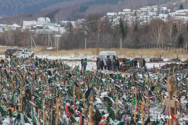 На кладбище ежедневно хоронят по несколько человек, захоронения уже почти вплотную подобрались к жилым домам