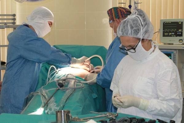 Бариатрическая хирургия, или хирургия ожирения — это направление в медицине, которое предполагает уменьшение объема желудка и тонкого кишечника