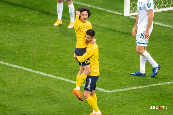 Байрамян празднует гол в ворота «Динамо»