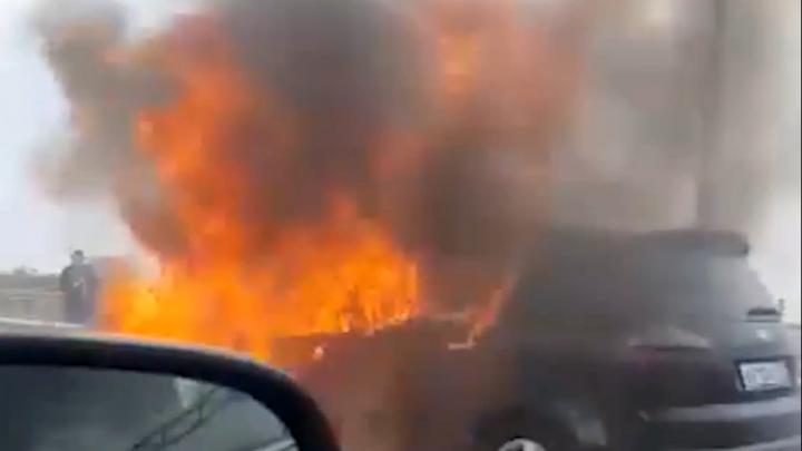 Очевидцы сняли на видео загоревшийся автомобиль у «Ростов Арены»