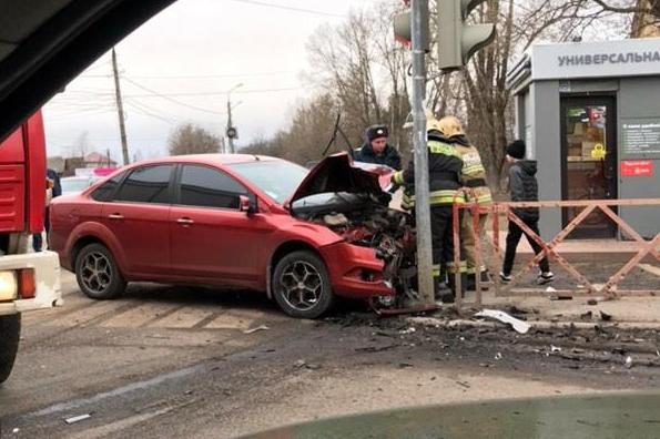 Автомобиль вылетел на женщину на тротуаре: серьёзное ДТП произошло в Ярославле