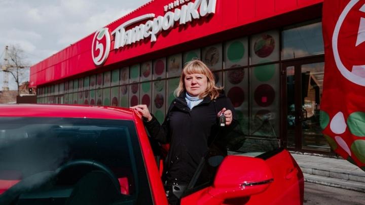 Зашла за продуктами — выиграла автомобиль: сибирячке вручили красный «Шевроле Камаро»