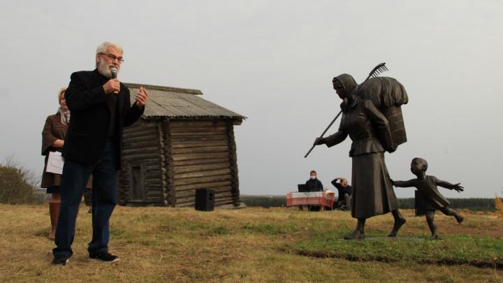 Собралась вся деревня: в Верколе открыли памятник русской женщине-труженице