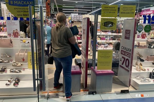Торговые центры в Свердловской области пока официально закрыты, но некоторые магазины в них уже работают