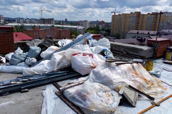 Последствия длительных осадков заметны уже в подъезде, а так выглядит крыша