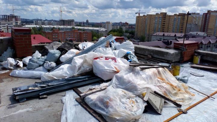 После сильных дождей жильцов тюменской многоэтажки затопило. Их дом стоял без крыши полтора месяца