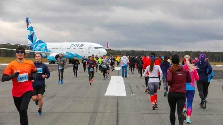 Фоторепортаж: в красноярском аэропорту прошел забег по взлетно-посадочной полосе
