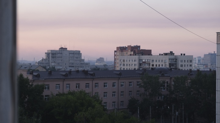 Челябинцы задыхаются из-за едкого дыма, но закрыть окна не могут из-за жары