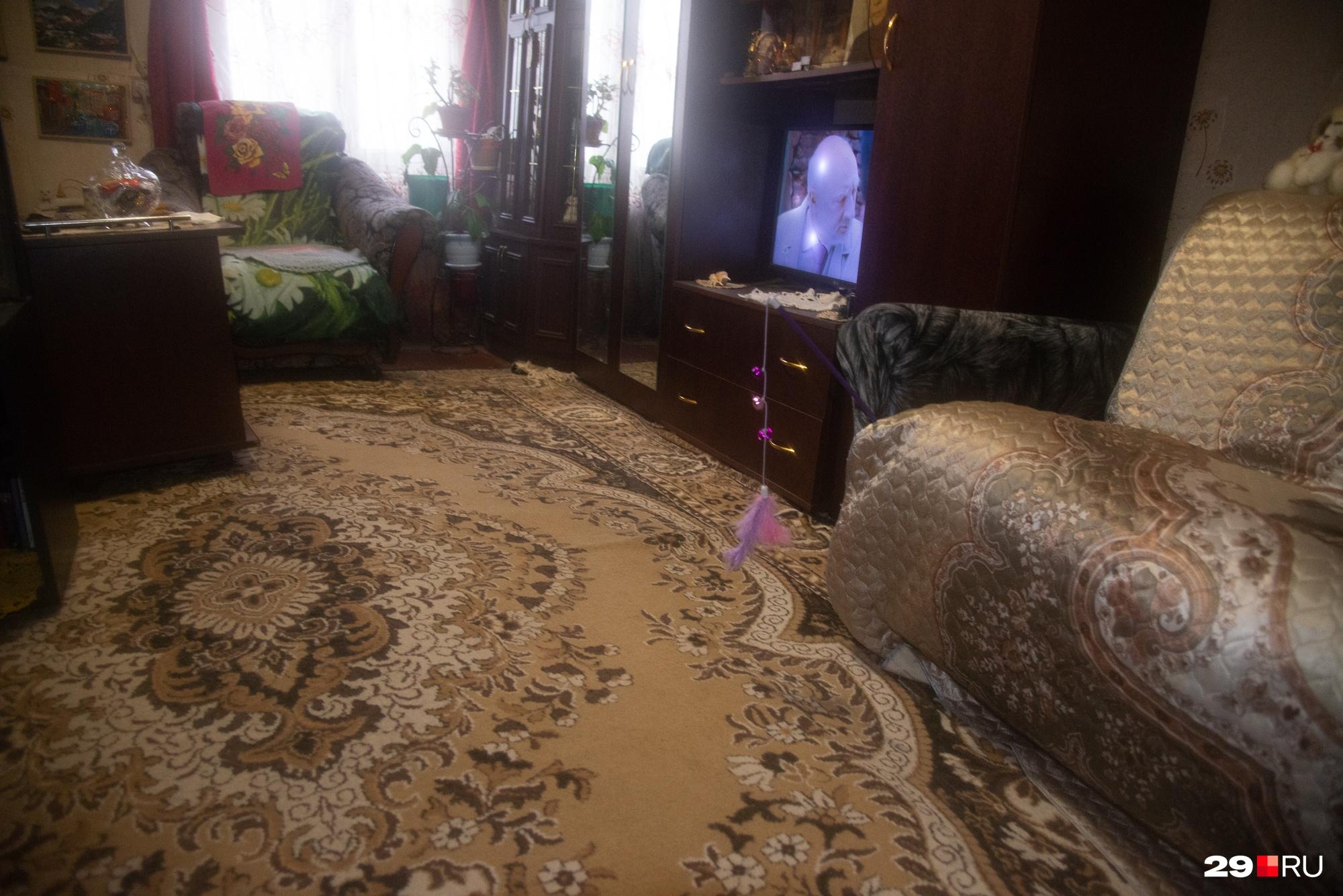 В квартире пенсионерки Светланы в гостиной пол накренился и «поехал»