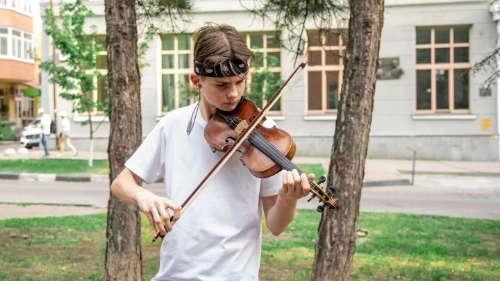 Арфа, скрипка, аккордеон: как провожают лето уличные музыканты Ростова