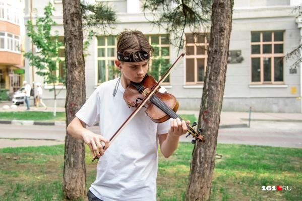 """Уличная музыка — это не только расстроенная гитара и&nbsp;вопли под окнами вашего дома в <nobr class=""""_"""">11 часов</nobr>"""