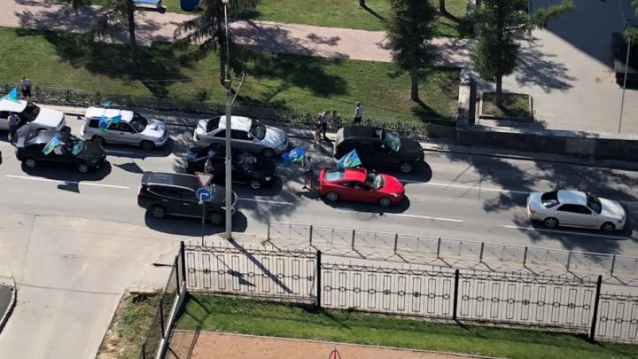 Полиция заявила, что десантники не перекрывали Димитровский мост, но они частично перекрыли еще и Красный проспект