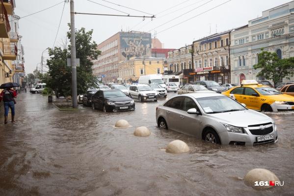 В такую погоду даже в автомобиле может быть небезопасно