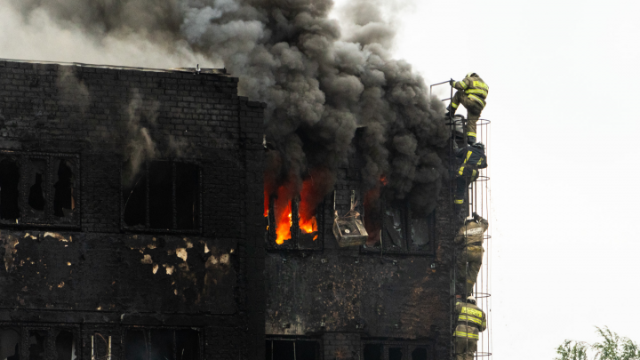 Вода, огонь и люди: эпический пожар на 24-й Северной в 40 фотографиях