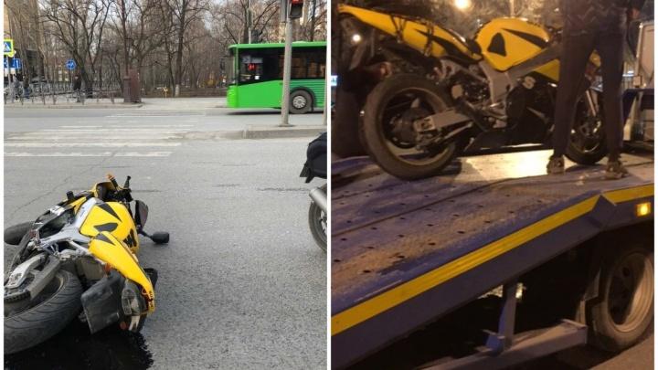 На Республики мотоциклист влетел в легковушку