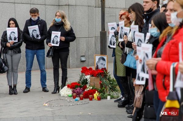 Волгоградцы выстроились у офиса Сбербанка с фотографиями убитого там Романа Гребенюка