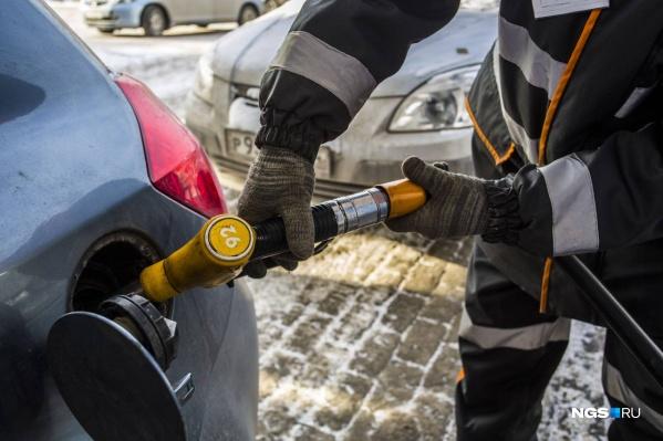 Бензин в России не дешевеет, а риски растут