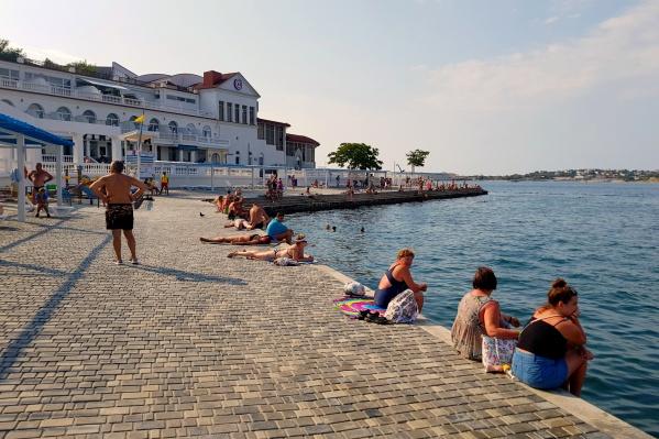 Пляж, похожий на бассейн, в Севастополе
