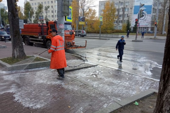 Уборка возле пешеходного перехода на бульваре Гагарина