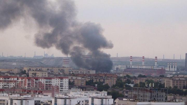 В Челябинске произошел крупный пожар в лесопильном цехе. Клубы дыма видны из разных районов