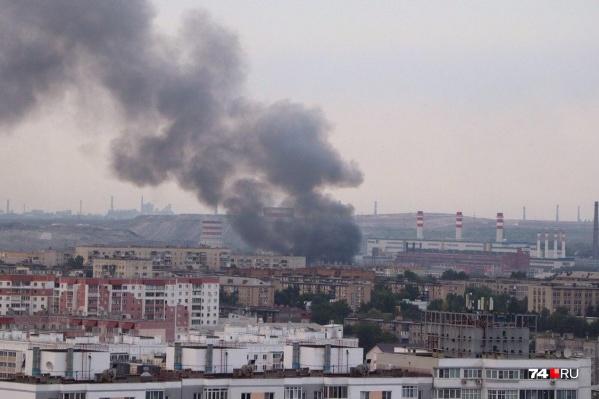Пожар хорошо виден из разных районов Челябинска