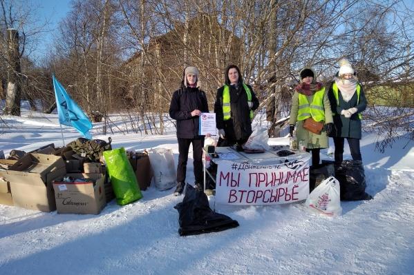 Волонтеры принимали макулатуру и пластик