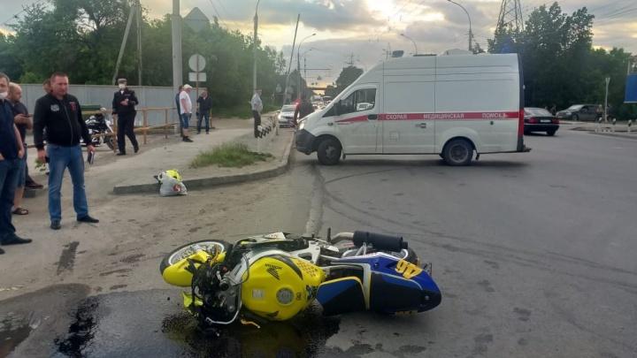В Ленинском районе мотоциклист наехал на пешехода: пострадавшего увезли в больницу с тяжелыми травмами