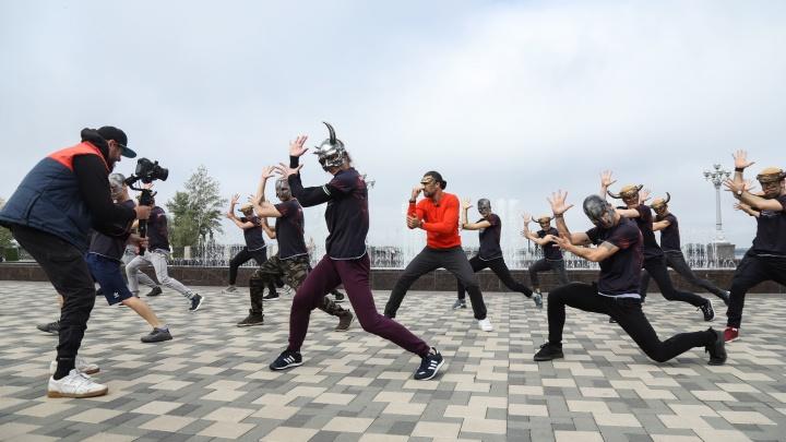 «Шаманы» на Волге: артисты Самарского театра оперы и балета устроили флешмоб на набережной