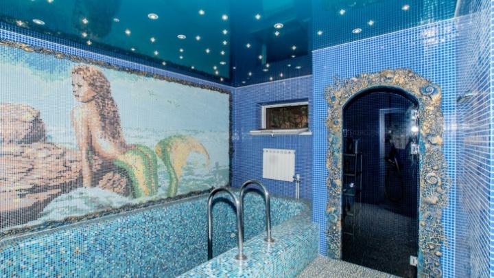 В «Долине нищих» продаётся коттедж с русалкой в бассейне и люстрой-кораблем