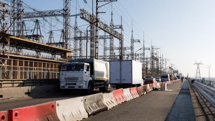 Отремонтированную дорогу обещали открыть еще вчера: плотина Волжской ГЭС замерла в двухкилометровой пробке