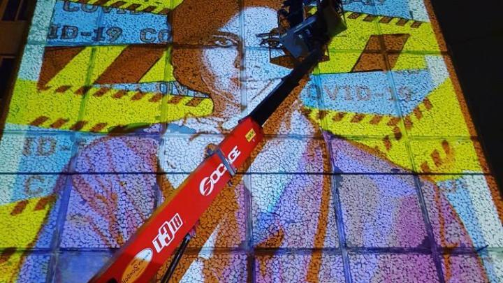 Спасибо врачам! В Екатеринбурге у 40-й больницы появились гигантские граффити о COVID-19