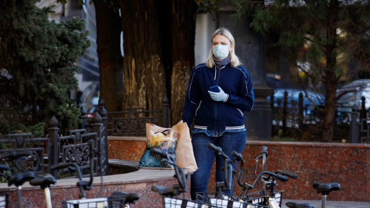 Маски возвращаются на улицы Ростова. Фоторепортаж 161.RU