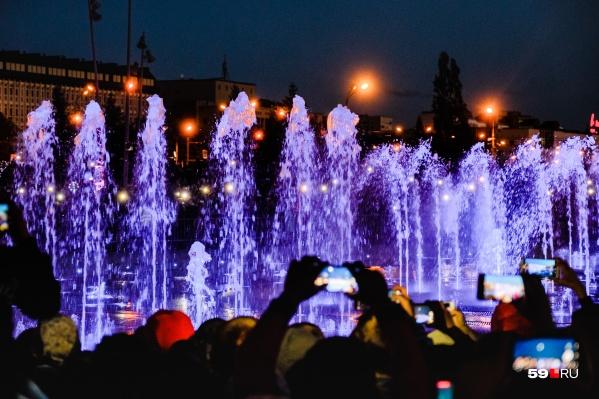 До 4 октября включительно можно успеть посмотреть последние в этом году представления фонтанов на эспланаде