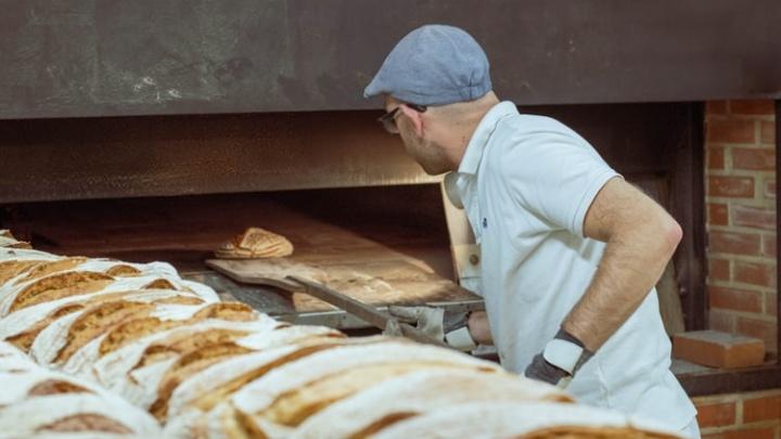 «Берут сразу 5 буханок хлеба»: спросили, как работается тем, кто не самоизолировался