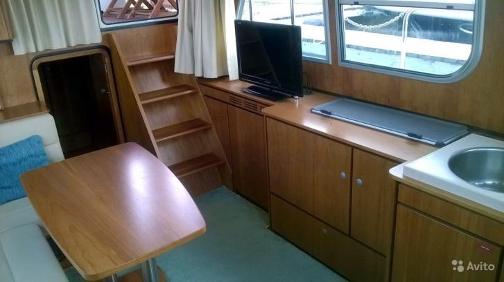 Камбуз с салоном выглядят как полноценная кухня-гостиная в современных квартирах