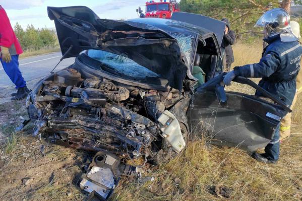 Спасатели помогли участникам аварии выбраться из машин